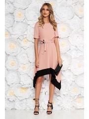 Rochie roz deschis asimetrica in clos cu maneca scurta cu elastic in talie accesorizata cu cordon