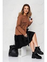 Rochie SunShine maro din bumbac elastic cu volanase cu croi larg si imprimeuri grafice