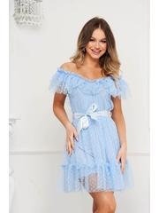 Rochie albastru-deschis de ocazie din tul in clos pe umeri cu aplicatii din plumeti accesorizata cu cordon
