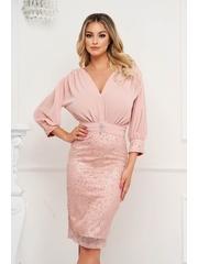 Rochie PrettyGirl roz prafuit tip creion fusta din material satinat si suprapunere de voal accesorizata cu brosa