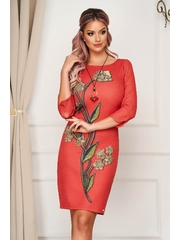 Rochie rosie de zi cu un croi cambrat din material usor elastic accesoriu tip colier