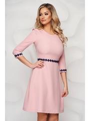 Rochie StarShinerS roz prafuit din stofa cu croi in a cu aplicatii de dantela