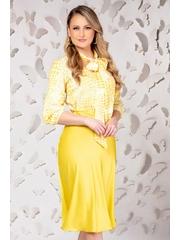 Bluza alba cu imprimeu galben girafa si guler tip esarfa